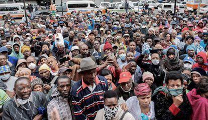 Una muchedumbre de comerciantes del sector informal esperan a las puertas de una oficina municipal de la ciudad sudafricana de Johanesburgo para tratar de conseguir un permiso para poder trabajar durante el periodo de cuarentena establecido para prevenir la expansión del nuevo coronavirus.