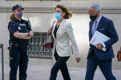 La ex secretaria general del PP, María Dolores de Cospedal, llega a declarar a la Audiencia Nacional el pasado junio.