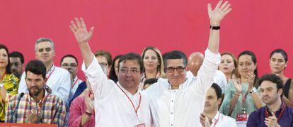 Guillermo Fernández Vara y Patxi López, durante la clausura del 12 Congreso regional de los socialistas extremeños.
