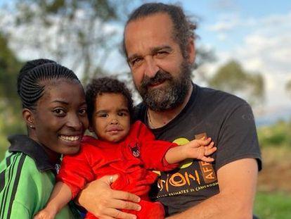 El veterinario Luis flores Girón con su familia en República Democrática del Congo.