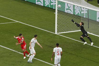 El delantero serbio Aleksandar Mitrovic marca un gol ante Suiza.