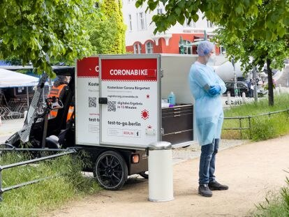 A worker waiting for customers to do rapid coronavirus tests on a bicycle lab in a park in Berlin.