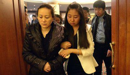 Los familiares de los pasajeros aguardan noticias. En la imagen, la madre de Lin Annan, uno de los pasajeros desaparecidos, en el aeropuerto de Pekín./ G. C. H. (AFP)
