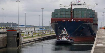 El barco Cosco Shipping Panama en las esclusas de Agua Clara del nuevo Canal de Panamá.