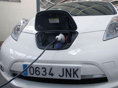 Un vehículo eléctrico en el proceso de recarga de su batería.