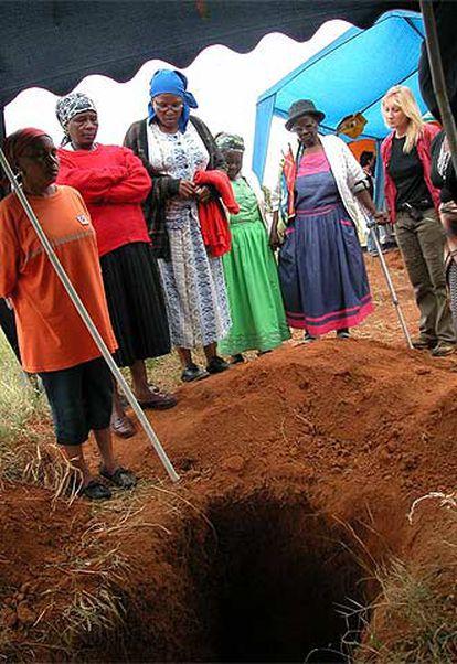 Algunas madres de los desaparecidos durante la exhumación de los cadáveres. Con ellas, Madeleine Fullard.