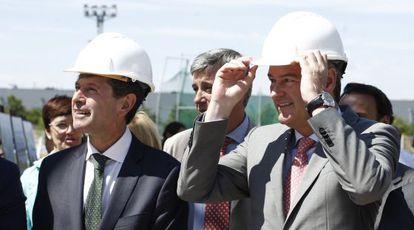 El presidente Alberto Fabra, a la derecha, visita las obras de un polideportivo junto al alcalde de Castellón, Alfonso Bataller.