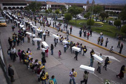 Funeral multitudinario en Huamanga, en Ayacucho, de asesinados en los ochenta, el 25 de enero.