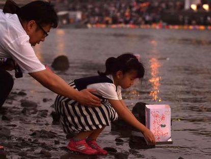 Un padre y su hija comemoran el 70 aniversario del ataque atómico sobre Hiroshima (Japón), el 6 de agosto de 2015.