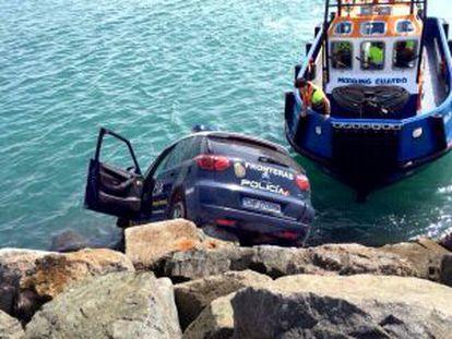 El coche patrulla estuvo a punto de hundirse.