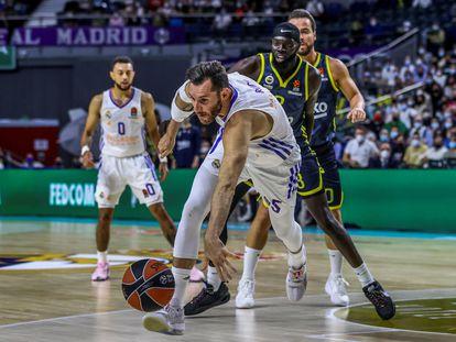 Rudy Fernández intenta salvar un balón ante la mirada de Shayok