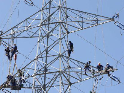 Trabajos de reparación de las líneas eléctricas en Girona.