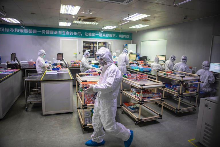 Empleados de una empresa china que fabrica tests diagnósticos para el nuevo coronavirus.