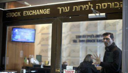 Empleados de la Bolsa de Tel Aviv en la entrada del mercado de valores.