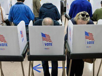 Ciudadanos votan en un centro en el Estado de Maryland este viernes.