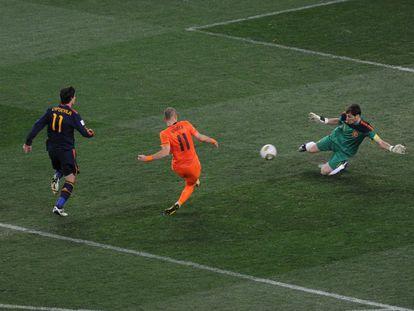 Casillas detiene un mano a mano con Robben en la final del Mundial de 2010.