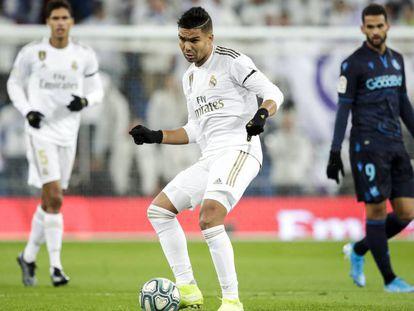 Casemiro golpea el balón en el Madrid - Real Sociedad.