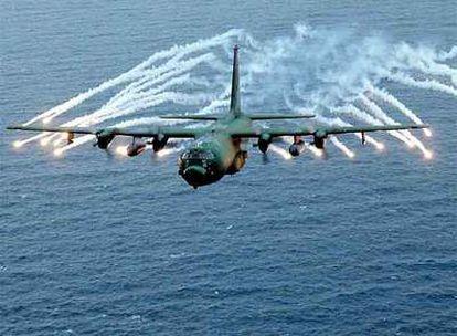 Fotografía de archivo distribuida por la Fuerza Aérea de Estados Unidos de un avión AC-130HS lanzando bengalas, similar al que ha sobrevolado Somalia.