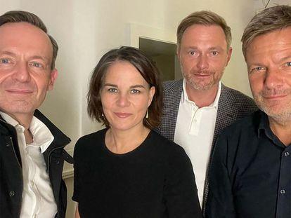 De izquierda a derecha, Wolker Wissing (FDP), Annalena Baerbock (Los Verdes), Christian Lindner (FDP) y Robert Habeck (Los Verdes), en un 'selfie' publicado el 28 de septiembre por Wissing durante las negociaciones de gobierno.