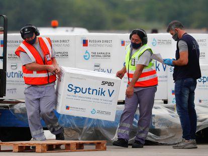 Personal del aeropuerto de Ezeiza, en Buenos Aires, descargan dosis de la vacuna rusa Sputnik V el 28 de enero pasado.