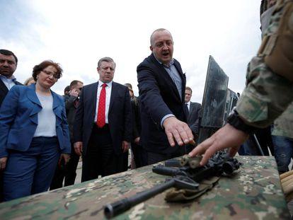 El presidente y el primer ministro georgianos en Vaziani (Georgia), el pasado 11 de mayo.