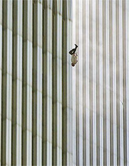 Un hombre cae al vacío desde una de las torres.