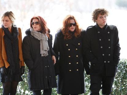 De izquierda a derecha, Riley Keough, Priscilla Presley, Lisa Marie Presley y Benjamin Keough, en el 75 cumpleaños de Elvis Presley, en 2010 en Memphis.