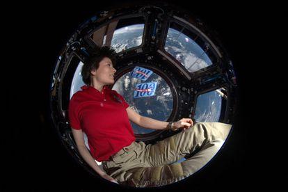 La veterana astronauta italiana Samantha Cristoforetti posa en la Estación Espacial Internacional en 2015.