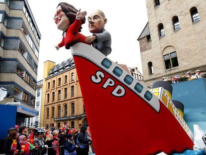 Esculturas de papel maché de los entonces líderes del SPD Andrea Nahles y Olaf Scholz en un barco que se hunde en Colonia, el pasado 4 de marzo.