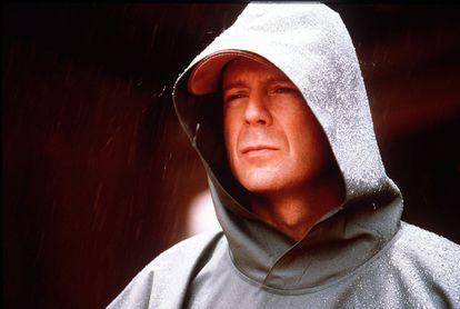 """Bruce Willis ha reconocido que su separación de Demi Moore fue mas dolorosa de lo que había admitido. """"Tras la separación viví durante años como un solterón y afirmando que no me importaba, incluso que me alegraba. Era mentira. Fui absolutamente infeliz y estaba terriblemente solo"""", señala el actor de <i>Doce monos</i> y <i>Pulp Fiction</i> a la revista alemana <i>In</i>. Willis y Moore se separaron en 2000 tras 13 años de matrimonio y, superado el trauma, el actor mantiene actualmente una relación de amistad con la que fuera su esposa, que está casada con el jovenzuelo Ashton Kutcher. Él, de 54 años, se ha casado también con la modelo Emma Heming, 20 años más joven que él."""