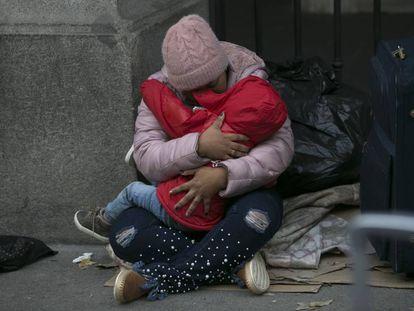 Una madre con su hijo a las puertas del Samur Social, este lunes, en Madrid.