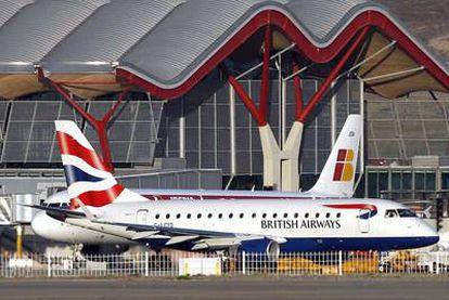 Aviones de Iberia y de British Airways, en la T-4 del aeropuerto de Barajas (Madrid).