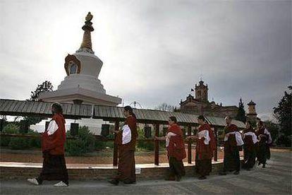 Los monjes, encabezados por Andreu Merino, giran los molinillos que rodean la estupa del monasterio budista de El Garraf (al fondo), Barcelona.