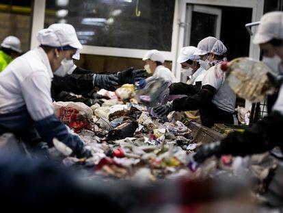 Trabajadoras de la planta de tratamiento de basuras de Lousame (A Coruña).