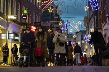 Viandantes en una calle comercial de Ámsterdam este lunes.