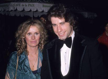 John Travolta con su primera novia conocida, la actriz Diana Hyland. La foto se tomó en 1976. Un año más tarde, ella falleció por un cáncer de mama. Travolta tenía 23 años.