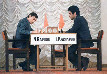 Anatoli Kárpov y Gari Kaspárov durante una de sus partidas del primer duelo entre ambos (Moscú 1984-85), que duró cinco meses /