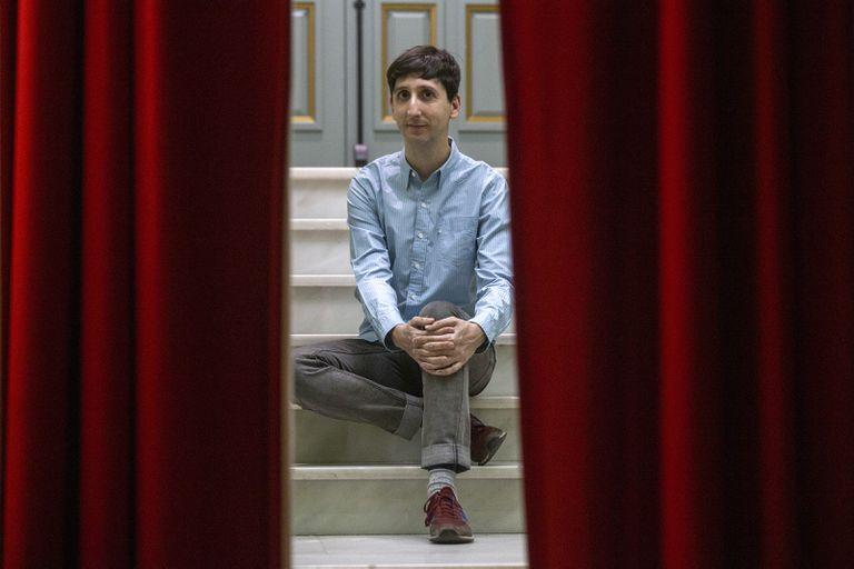 El actor Mario Alberto Díez posa en una sala del teatro Lara en Madrid.