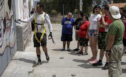 Nychos (izquierda) trabaja mientras es observado por personas de la asociación Laborvalía.
