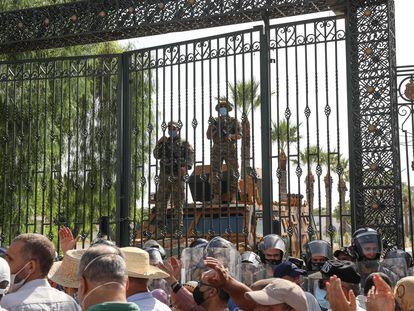 La policía tunecina a las puertas del Parlamento vigila una protesta ciudadana.