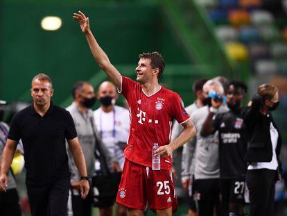 Müller saluda a la grada tras la victoria sobre el Lyon.
