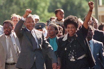 Nelson Mandela y su entonces esposa, Winnie, levantan el puño a la salida de la prisión de Victor Verster el 11 de febrero de 1990.