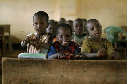 Alumnos somalíes de una escuela de un campo de refugiados de Kenia, en una imagen de archivo. / JEROME DELAY (AP)