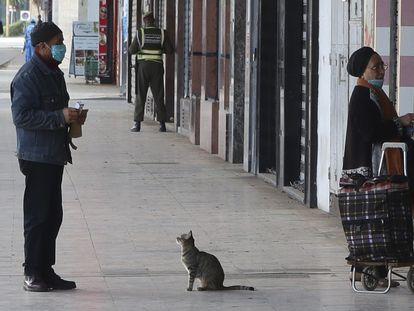 Dos personas esperan a ser atendidas en un comercio el pasado viernes en Rabat.