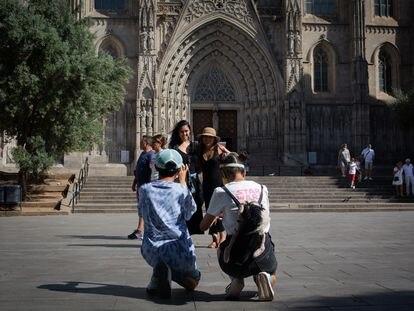 Turistas frente a la Catedral de Barcelona, a 5 de agosto de 2021.