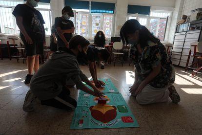 Varios alumnos de un grupo mixto aprenden con la enfermera del colegio a realizar una reanimación cardiopulmonar.