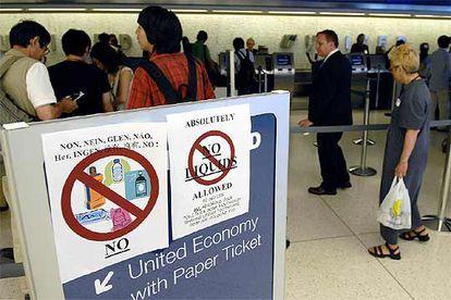 Unos carteles informan de los objetos y sustancias que está prohibido subir al avión, en el aeropuerto JFK de Nueva York.