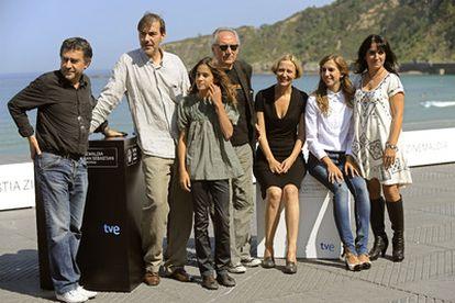 Jordi Cadena (en el centro, con gafas negras) y Judith Colell (derecha), con el equipo de <i>Elisa K.</i>