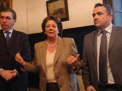 José Salinas (izquierda), con Rita Barberá y Michel Bonnefous en 2004.