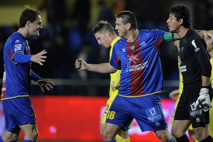 Los jugadores del Levante celebran la victoria ante el Villarreal.